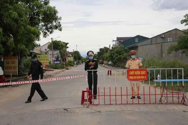 Bị phong tỏa, làng vịt nổi tiếng nhất Hà Tĩnh vắng khách ngày Tết Đoan Ngọ  - Ảnh 2.