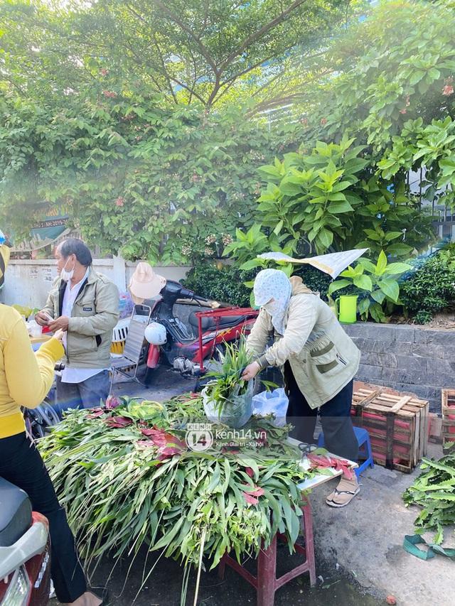 Hôm nay Tết Đoan Ngọ cả Sài Gòn đi chợ sớm: Cơm rượu - bánh tro chiếm hết spotlight, người mua kẻ bán lẹ tay vì sợ con Cô Vít - Ảnh 11.