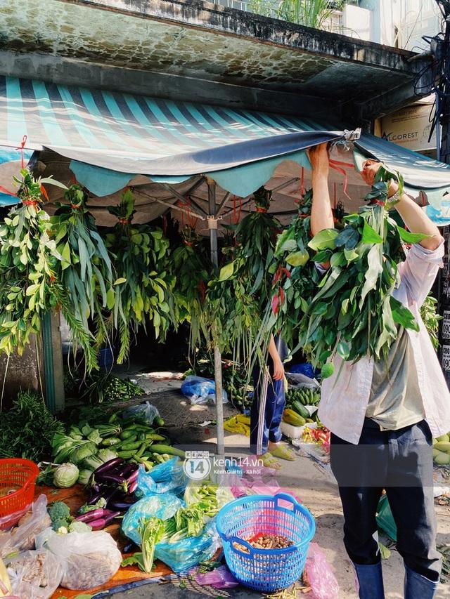 Hôm nay Tết Đoan Ngọ cả Sài Gòn đi chợ sớm: Cơm rượu - bánh tro chiếm hết spotlight, người mua kẻ bán lẹ tay vì sợ con Cô Vít - Ảnh 12.