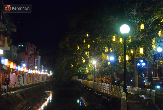 Ngỡ ngàng tuyến đường ven hồ Trúc Bạch lột xác với 200 chiếc đèn lồng và tranh bích hoạ - Ảnh 14.