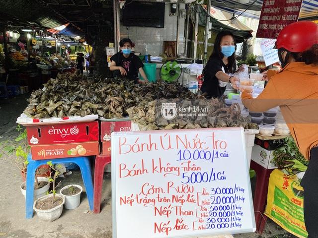 Hôm nay Tết Đoan Ngọ cả Sài Gòn đi chợ sớm: Cơm rượu - bánh tro chiếm hết spotlight, người mua kẻ bán lẹ tay vì sợ con Cô Vít - Ảnh 14.