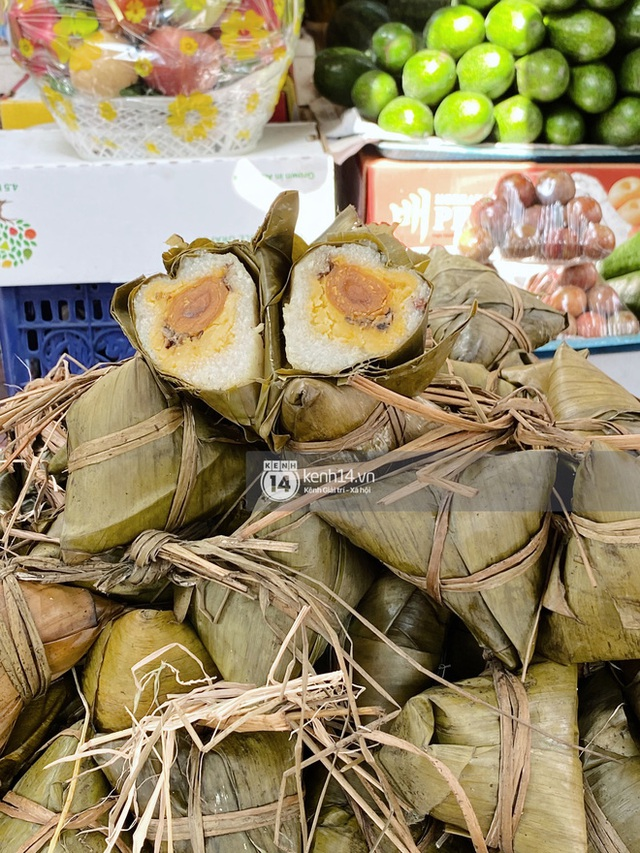 Hôm nay Tết Đoan Ngọ cả Sài Gòn đi chợ sớm: Cơm rượu - bánh tro chiếm hết spotlight, người mua kẻ bán lẹ tay vì sợ con Cô Vít - Ảnh 15.