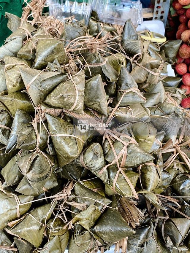 Hôm nay Tết Đoan Ngọ cả Sài Gòn đi chợ sớm: Cơm rượu - bánh tro chiếm hết spotlight, người mua kẻ bán lẹ tay vì sợ con Cô Vít - Ảnh 16.