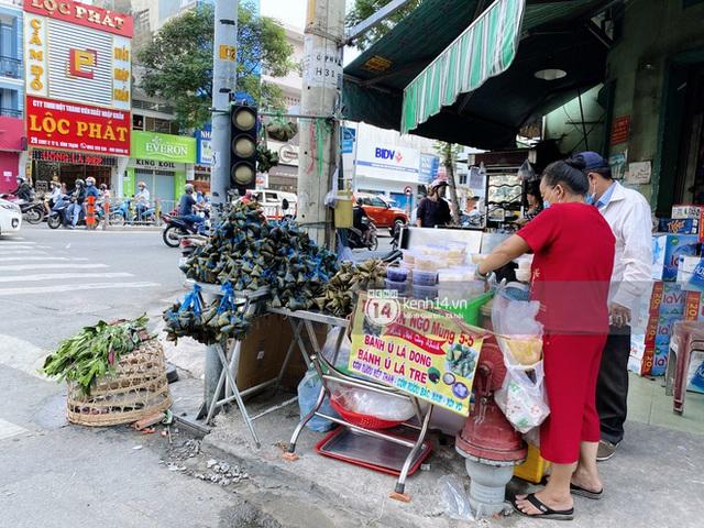 Hôm nay Tết Đoan Ngọ cả Sài Gòn đi chợ sớm: Cơm rượu - bánh tro chiếm hết spotlight, người mua kẻ bán lẹ tay vì sợ con Cô Vít - Ảnh 17.