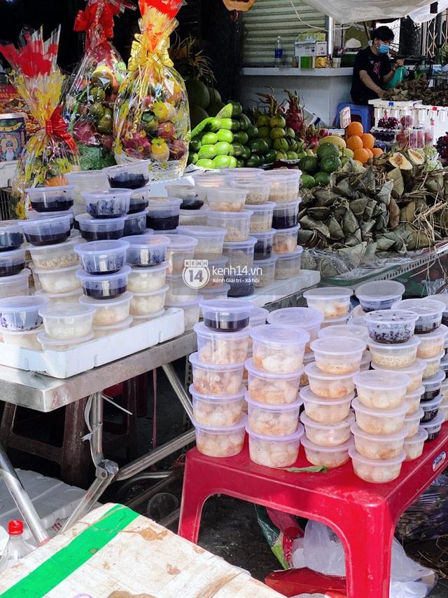 Hôm nay Tết Đoan Ngọ cả Sài Gòn đi chợ sớm: Cơm rượu - bánh tro chiếm hết spotlight, người mua kẻ bán lẹ tay vì sợ con Cô Vít - Ảnh 3.