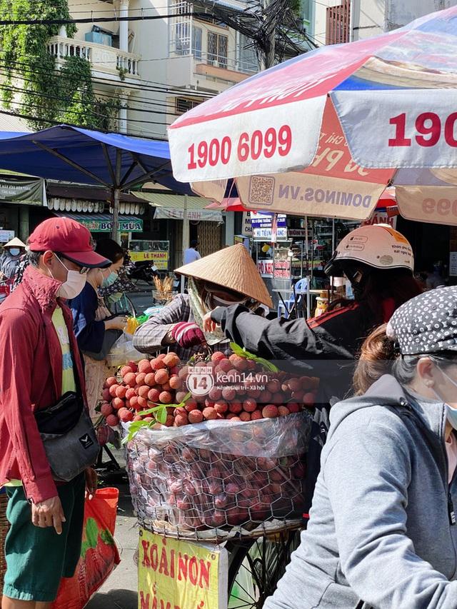 Hôm nay Tết Đoan Ngọ cả Sài Gòn đi chợ sớm: Cơm rượu - bánh tro chiếm hết spotlight, người mua kẻ bán lẹ tay vì sợ con Cô Vít - Ảnh 5.