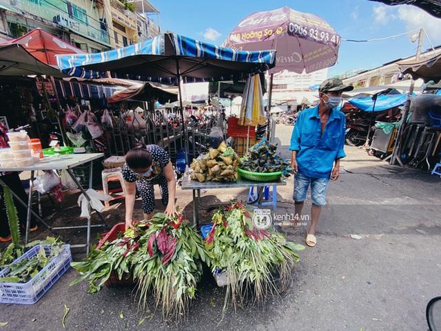 Hôm nay Tết Đoan Ngọ cả Sài Gòn đi chợ sớm: Cơm rượu - bánh tro chiếm hết spotlight, người mua kẻ bán lẹ tay vì sợ con Cô Vít - Ảnh 9.