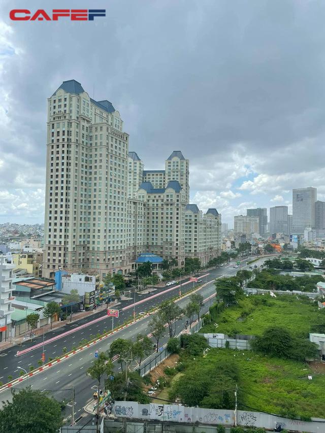 Sự đối lập giữa hai nhà hàng tại TP.HCM và Hà Nội: Bên shipper xếp hàng bội đơn, trung tâm tiệc cưới treo biển bán cơm văn phòng 35.000 đồng/suất - Ảnh 2.