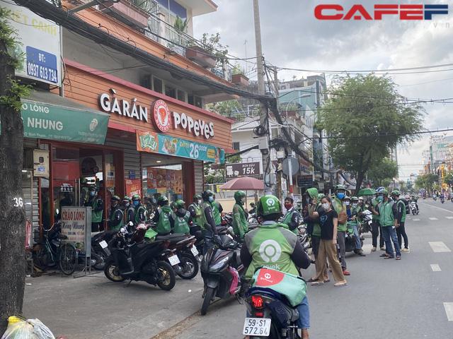 Sự đối lập giữa hai nhà hàng tại TP.HCM và Hà Nội: Bên shipper xếp hàng bội đơn, trung tâm tiệc cưới treo biển bán cơm văn phòng 35.000 đồng/suất - Ảnh 3.