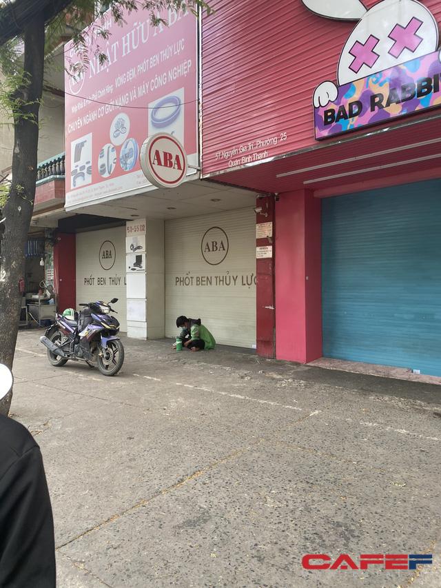 Sự đối lập giữa hai nhà hàng tại TP.HCM và Hà Nội: Bên shipper xếp hàng bội đơn, trung tâm tiệc cưới treo biển bán cơm văn phòng 35.000 đồng/suất - Ảnh 4.