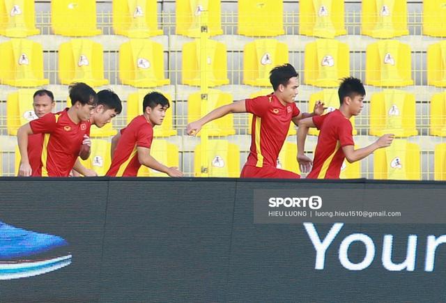 Thầy Park chơi khó ở buổi tập của tuyển Việt Nam, phóng viên UAE chán nản suýt bỏ về sớm - Ảnh 7.