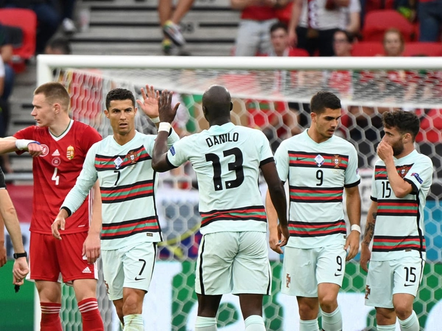 """Lập cú đúp ngay trận đầu ra quân, Cristiano Ronaldo cùng lúc xô đổ 9 kỷ lục """"vô tiền khoáng hậu"""" tại các VCK Euro: Cầu thủ vĩ đại nhất không anh thì là ai? - Ảnh 1."""