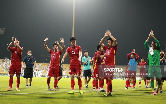 Ấm lòng hình ảnh tuyển Việt Nam chia tay người hâm mộ ở UAE, khép lại hành trình lịch sử - Ảnh 2.