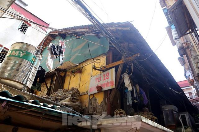 Bên trong khu tập thể gỗ 67 tuổi xập xệ ở Hà Nội  - Ảnh 1.