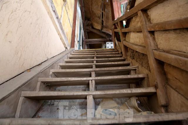 Bên trong khu tập thể gỗ 67 tuổi xập xệ ở Hà Nội  - Ảnh 2.