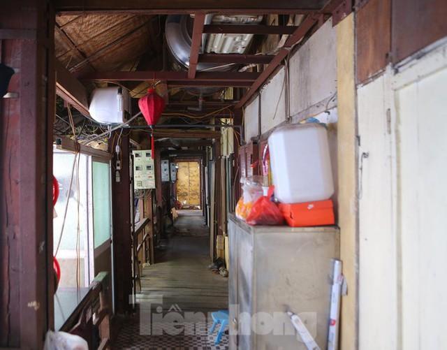 Bên trong khu tập thể gỗ 67 tuổi xập xệ ở Hà Nội  - Ảnh 11.