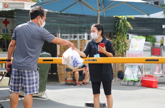 Một gia đình nấu 300 phần cơm mỗi ngày tiếp sức BV Bệnh Nhiệt đới: Bao giờ gỡ phong tỏa, chị mới ngừng nấu cơm - Ảnh 14.
