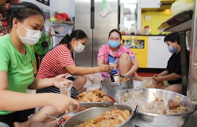 Một gia đình nấu 300 phần cơm mỗi ngày tiếp sức BV Bệnh Nhiệt đới: Bao giờ gỡ phong tỏa, chị mới ngừng nấu cơm - Ảnh 3.