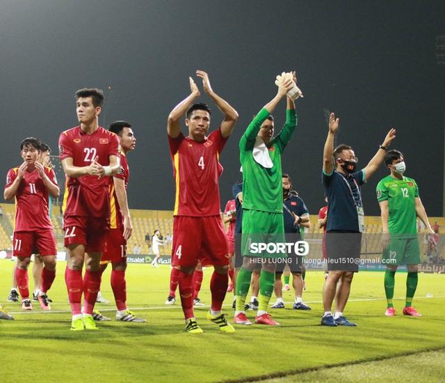 Ấm lòng hình ảnh tuyển Việt Nam chia tay người hâm mộ ở UAE, khép lại hành trình lịch sử - Ảnh 3.