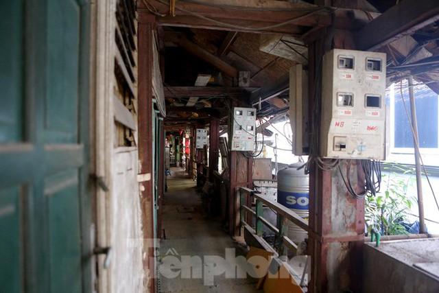 Bên trong khu tập thể gỗ 67 tuổi xập xệ ở Hà Nội  - Ảnh 3.