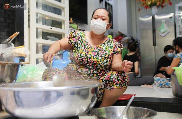 Một gia đình nấu 300 phần cơm mỗi ngày tiếp sức BV Bệnh Nhiệt đới: Bao giờ gỡ phong tỏa, chị mới ngừng nấu cơm - Ảnh 4.