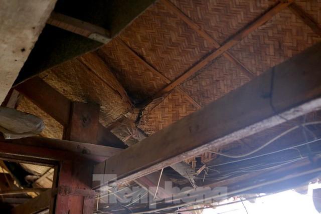 Bên trong khu tập thể gỗ 67 tuổi xập xệ ở Hà Nội  - Ảnh 4.