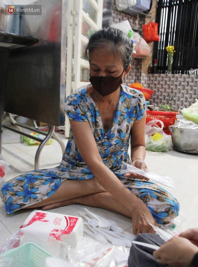 Một gia đình nấu 300 phần cơm mỗi ngày tiếp sức BV Bệnh Nhiệt đới: Bao giờ gỡ phong tỏa, chị mới ngừng nấu cơm - Ảnh 5.