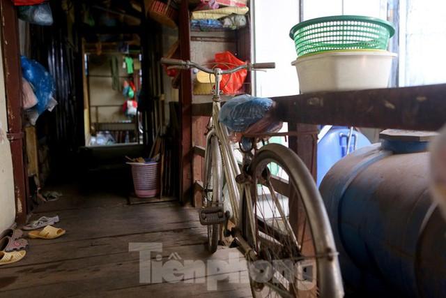 Bên trong khu tập thể gỗ 67 tuổi xập xệ ở Hà Nội  - Ảnh 5.