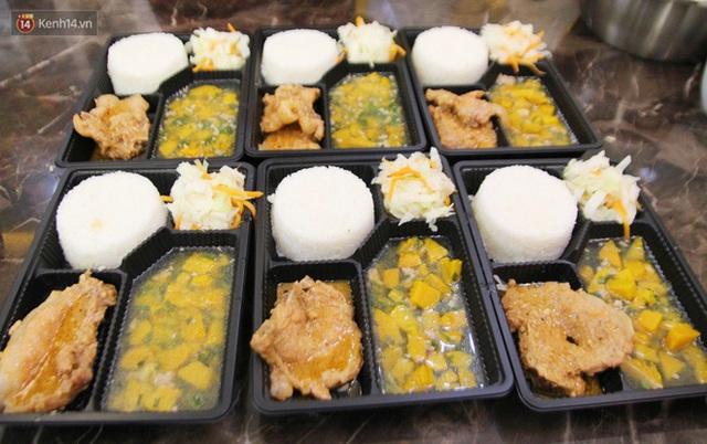 Một gia đình nấu 300 phần cơm mỗi ngày tiếp sức BV Bệnh Nhiệt đới: Bao giờ gỡ phong tỏa, chị mới ngừng nấu cơm - Ảnh 6.