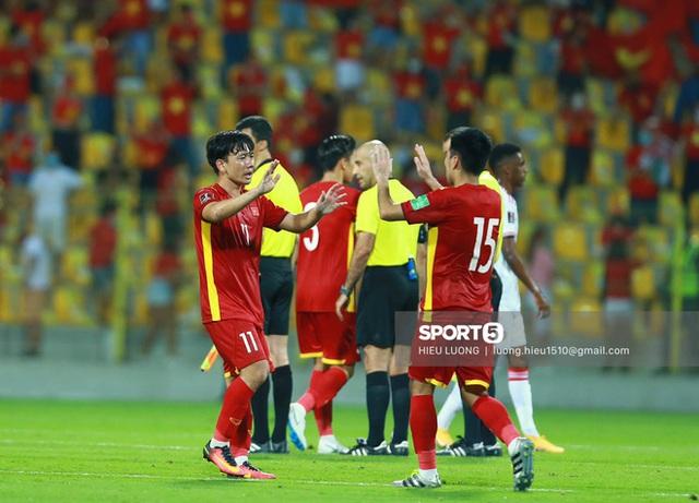 Ấm lòng hình ảnh tuyển Việt Nam chia tay người hâm mộ ở UAE, khép lại hành trình lịch sử - Ảnh 6.