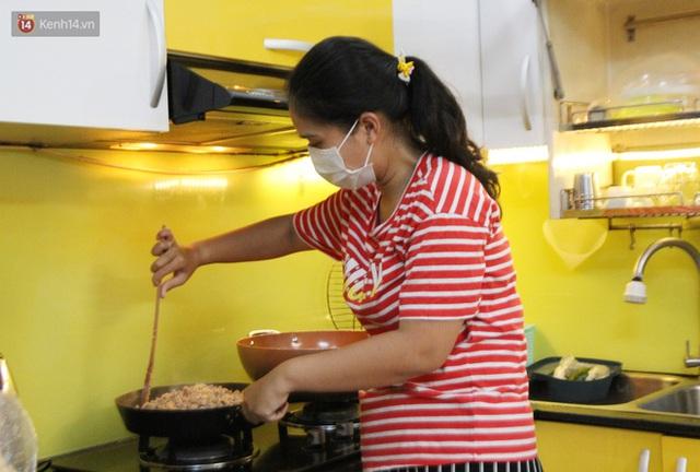 Một gia đình nấu 300 phần cơm mỗi ngày tiếp sức BV Bệnh Nhiệt đới: Bao giờ gỡ phong tỏa, chị mới ngừng nấu cơm - Ảnh 7.