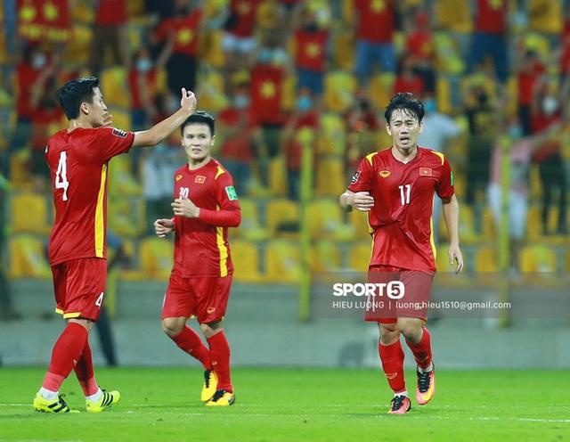 Ấm lòng hình ảnh tuyển Việt Nam chia tay người hâm mộ ở UAE, khép lại hành trình lịch sử - Ảnh 7.