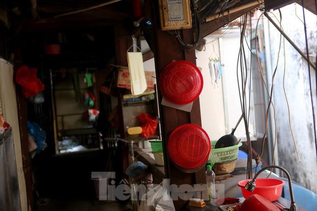 Bên trong khu tập thể gỗ 67 tuổi xập xệ ở Hà Nội  - Ảnh 7.