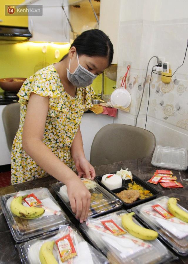Một gia đình nấu 300 phần cơm mỗi ngày tiếp sức BV Bệnh Nhiệt đới: Bao giờ gỡ phong tỏa, chị mới ngừng nấu cơm - Ảnh 8.