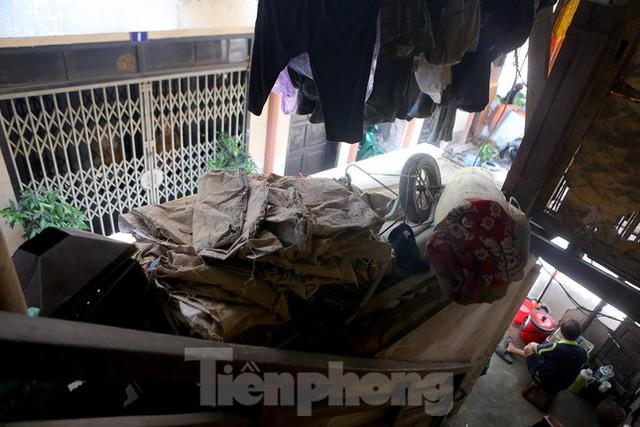 Bên trong khu tập thể gỗ 67 tuổi xập xệ ở Hà Nội  - Ảnh 8.