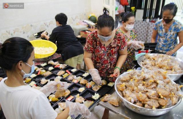 Một gia đình nấu 300 phần cơm mỗi ngày tiếp sức BV Bệnh Nhiệt đới: Bao giờ gỡ phong tỏa, chị mới ngừng nấu cơm - Ảnh 9.