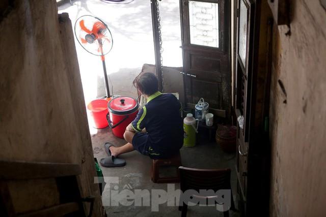 Bên trong khu tập thể gỗ 67 tuổi xập xệ ở Hà Nội  - Ảnh 9.