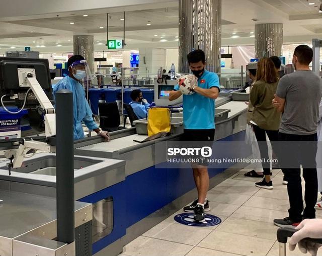Tiến Linh gặp sự cố tại sân bay, loay hoay xì hết hơi quả bóng - Ảnh 1.
