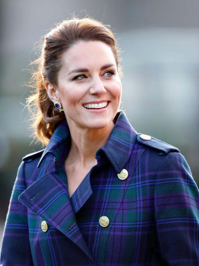 Bị nhà Sussex bôi nhọ, Công nương Kate có phản ứng gây ngỡ ngàng còn vợ chồng Meghan lại tung tin mới về con gái Lilibet - Ảnh 1.