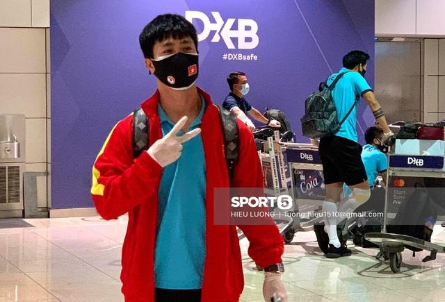 Tiến Linh gặp sự cố tại sân bay, loay hoay xì hết hơi quả bóng - Ảnh 3.