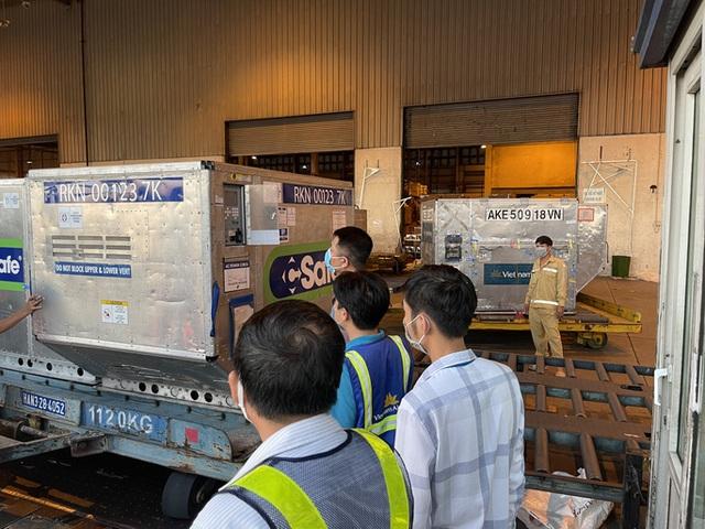 Lô vắc-xin Covid-19 gần 1 triệu liều do Nhật Bản tặng được chuyển vào TP HCM  - Ảnh 8.