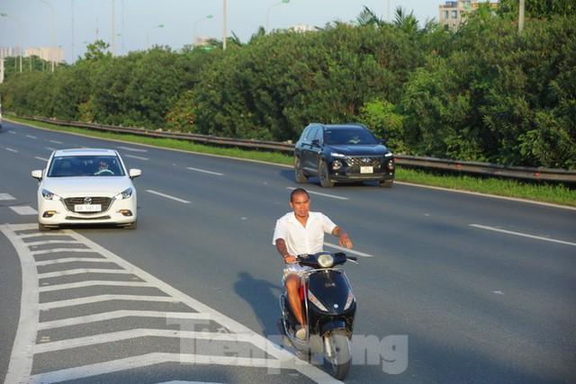 Theo chân CSGT dẹp loạn xe máy trên Đại lộ Thăng Long  - Ảnh 1.