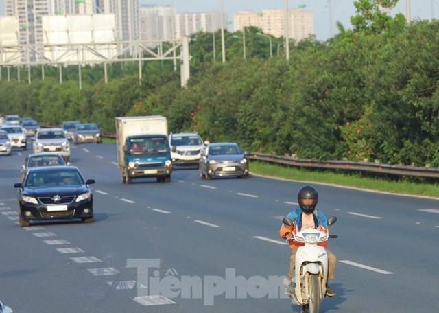 Theo chân CSGT dẹp loạn xe máy trên Đại lộ Thăng Long  - Ảnh 2.