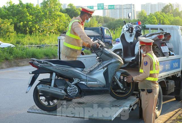 Theo chân CSGT dẹp loạn xe máy trên Đại lộ Thăng Long  - Ảnh 11.