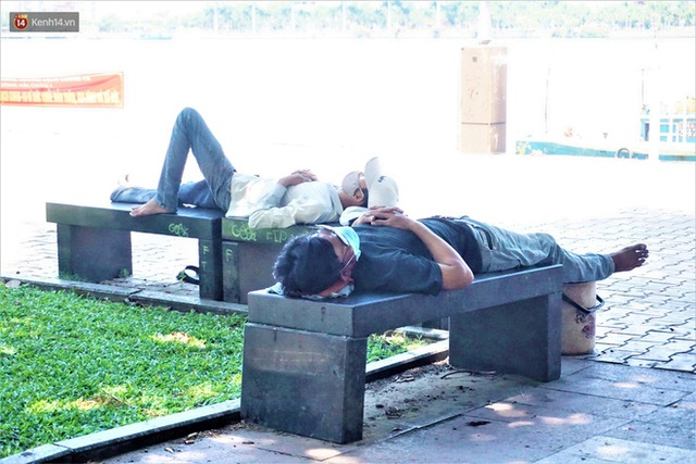 """Ảnh: Nhọc nhằn bữa ăn lề đường và giấc ngủ """"3 không, 1 có"""" dưới cái nóng 40 độ của người lao động giữa dịch Covid-19 - Ảnh 13."""