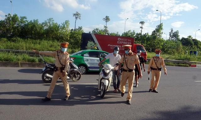 Theo chân CSGT dẹp loạn xe máy trên Đại lộ Thăng Long  - Ảnh 3.