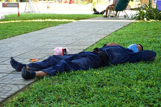 """Ảnh: Nhọc nhằn bữa ăn lề đường và giấc ngủ """"3 không, 1 có"""" dưới cái nóng 40 độ của người lao động giữa dịch Covid-19 - Ảnh 8."""