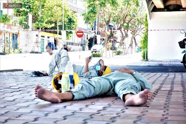 """Ảnh: Nhọc nhằn bữa ăn lề đường và giấc ngủ """"3 không, 1 có"""" dưới cái nóng 40 độ của người lao động giữa dịch Covid-19 - Ảnh 9."""