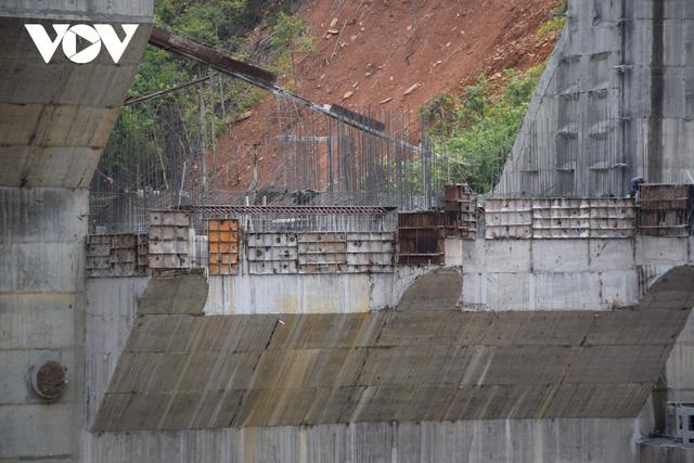 Cận cảnh thủy điện TrHy 13 năm xây chưa xong, cây rừng bị chặt ngổn ngang - Ảnh 2.