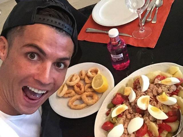 Khám phá kho lương thực của Ronaldo và đồng đội ở Euro 2020: Toàn hàng xách tay!  - Ảnh 1.